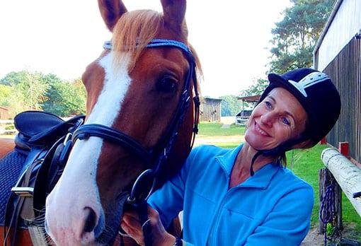 Frau mit Pferd während der S-Woche Reiturlaub