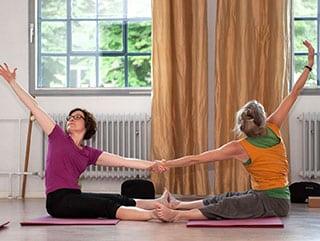 2 Frauen bei Yogaübungen im Landhotel Pferdeschulze.