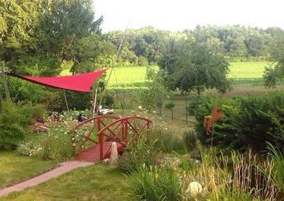Garten mit kleiner Brücke