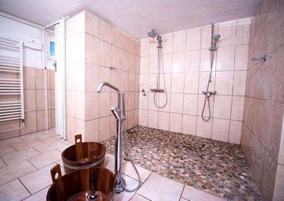 Duschen in der Sauna