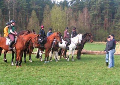 Reitunterricht auf dem Geländeplatz im Landhotel Pferdeschulze