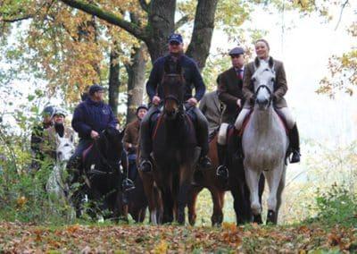 Jagdgruppe mit ihren Pferden