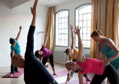 Yoga Stretchübungen im Landhotel Pferdeschulze.