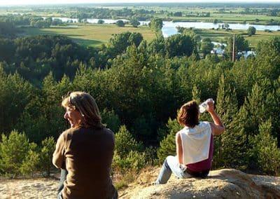 Wanderer machen Pause in der Lüneburger Heide