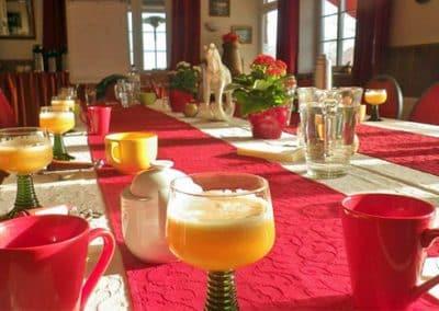 Frühstückstisch bei Pferdeschulze im Veganurlaub
