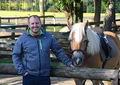 Mann mit Pferd im Landhotel Pferdeschulze