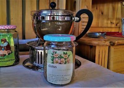 Landhausschrank mit einer Glas-Teekanne und Fastentee